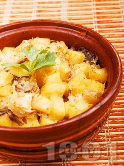 Вкусни печени пилешки гърди на хапки с картофи и гъби в глинено гювече на фурна - снимка на рецептата